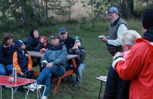 Alla lyssnar noga till informationen från Leif Sjöberg.